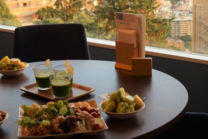朝日に輝く景色もご馳走。「スタジオビュッフェ もぐもぐ」で身体が喜ぶ朝食を