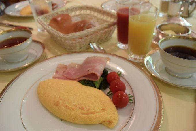 朝食も優雅に。まるで美術館のようなダイニングでのお食事