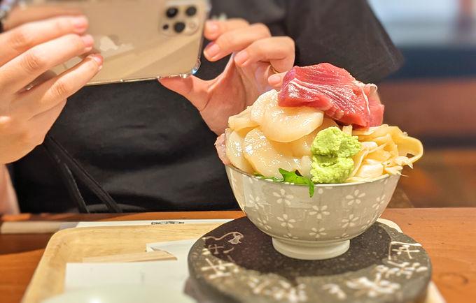 シハチ鮮魚店の海鮮丼の特徴は?