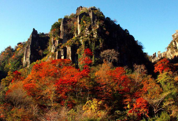 耶馬溪は紅葉シーズンを迎えると山々が赤く染まる