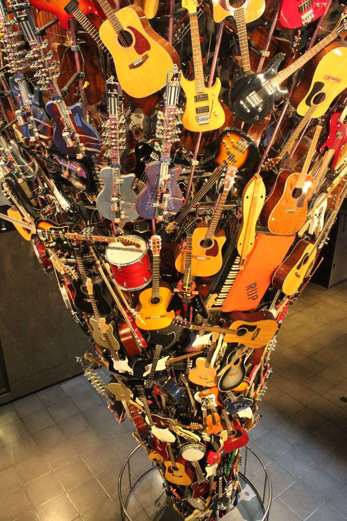 天上まで続くギターのタワーに圧巻!ジミヘンをはじめとしたロックスターのレアな展示物が並ぶ