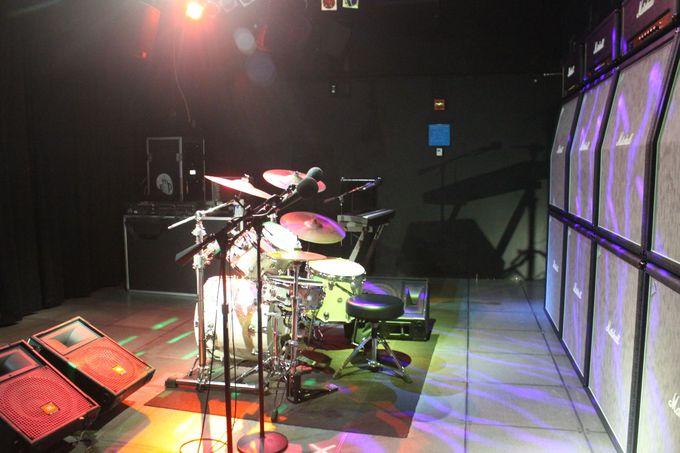 いろんな楽器に触れられる「サウンド・ラボ」や「オン・ステージ」で気分はロックスター!