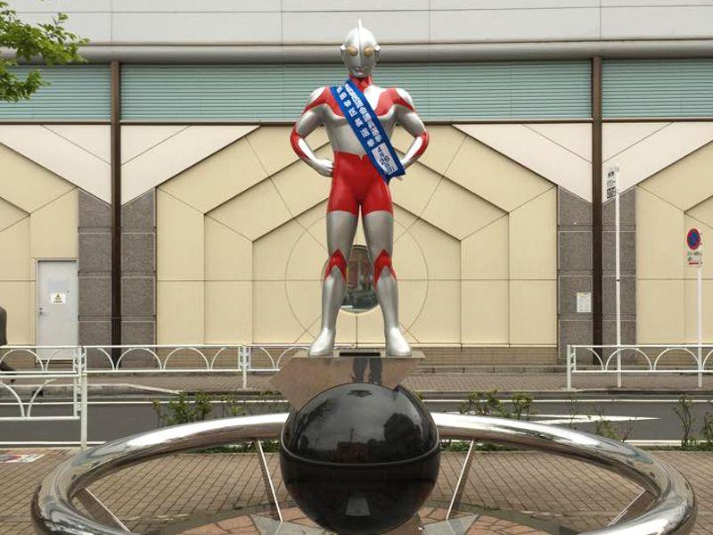 駅前のシンボル像や商店街入口のゲートにも注目