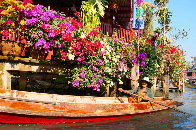 ボートを漕ぎながら通り過ぎる人々。花々と印象的な人々の笑顔!