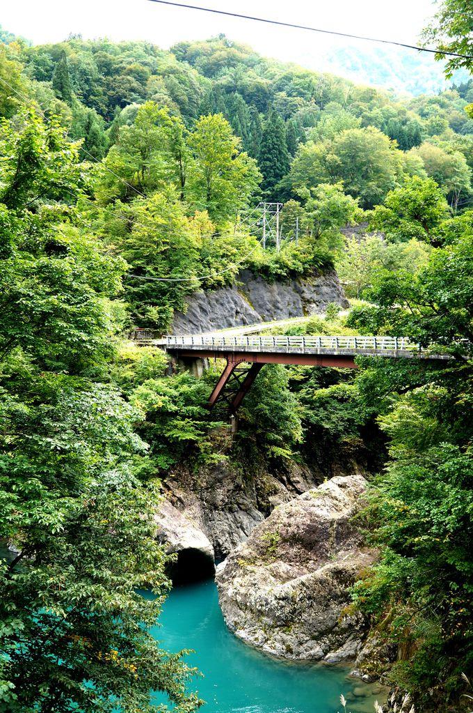 美しすぎる!エメラルドグリーンの中津川にかかる「猿飛橋」