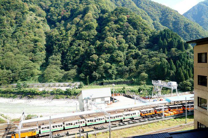 窓を開けると視界いっぱいに広がる山々とトロッコ電車!