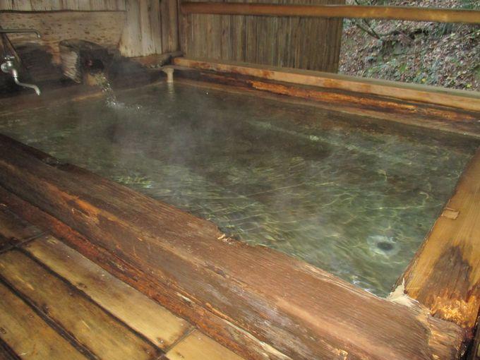 硫黄泉に体をゆっくり浸し、山間の風の音を聞く…
