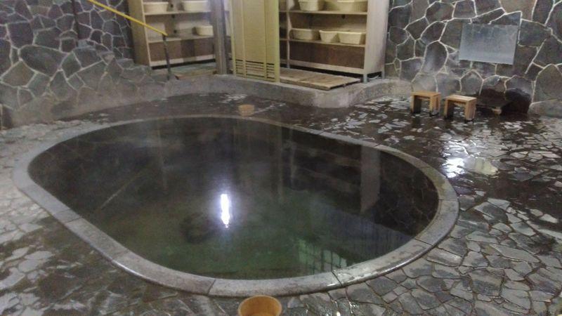 立ったまま入る自噴温泉の湯!岩手・鉛温泉「藤三旅館」