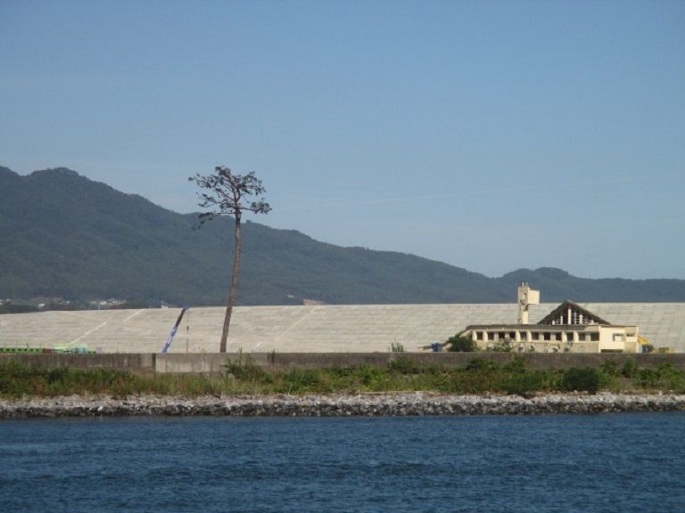 陸前高田のシンボル・奇跡の一本松を望む