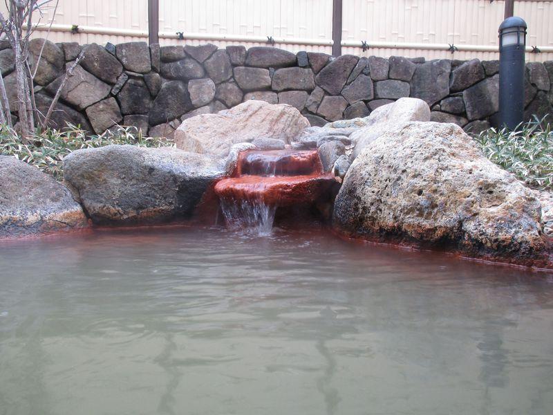 源泉掛け流しの露天風呂で深呼吸