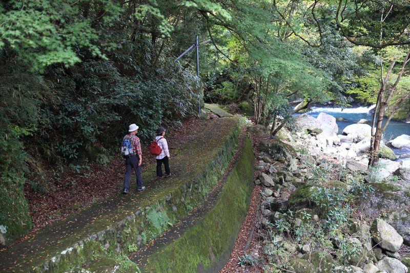 早川の川辺に出ると豪快な流れが!