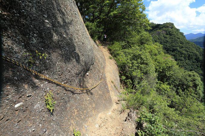 スリルと勇気!が必要な、垂直に切り立つ幅20cmの断崖を横断