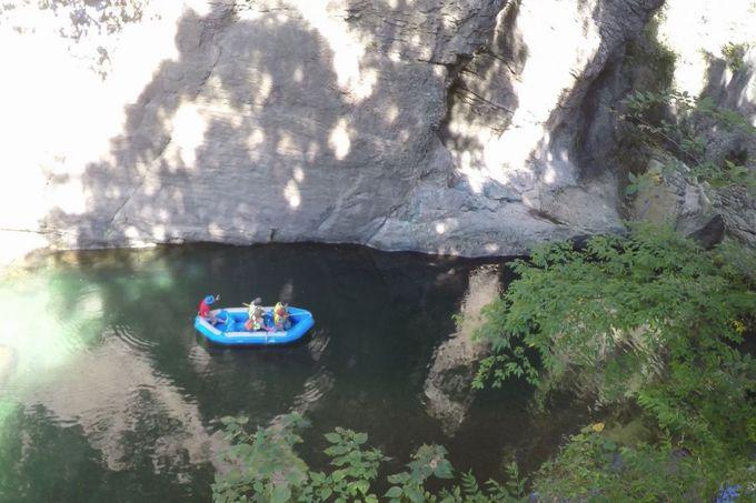 谷底の桂川渓谷をゴムボートで!