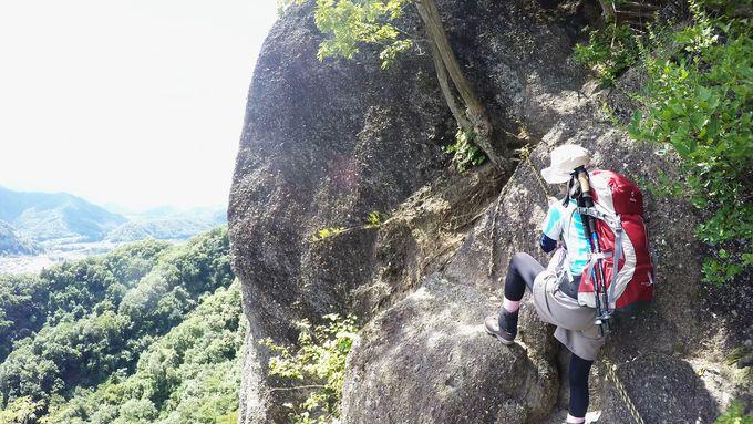 断崖の前には岩登りが待っている。三点支持でしっかり安全を担保する