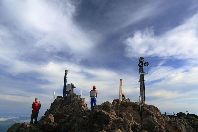 山頂で登山の無事を祈る!