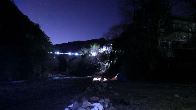 野外の醍醐味!テントサイトは広大な河原で。キャンプファイヤーもOK