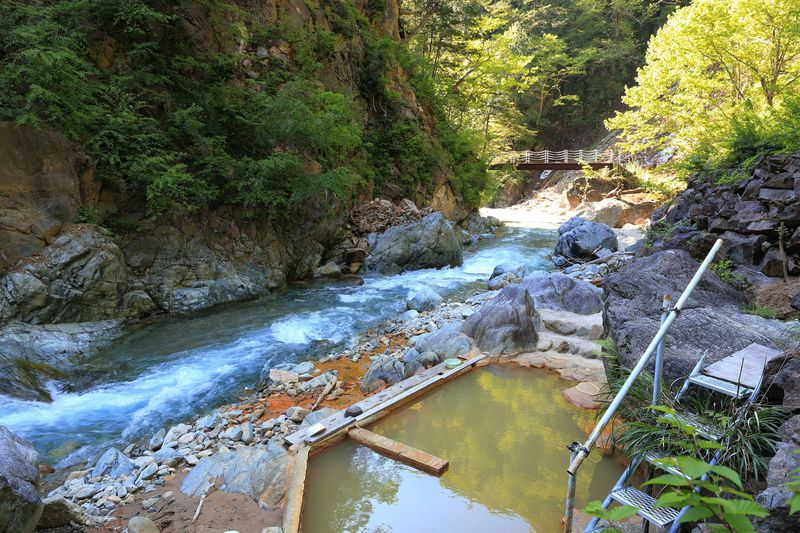 THE秘湯!徒歩4時間で行く新潟「赤湯温泉・山口館」