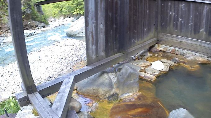 異なる3つの露天!玉子の湯は屋根なし、女性専用の青湯と木造の薬師の湯には屋根と囲いが