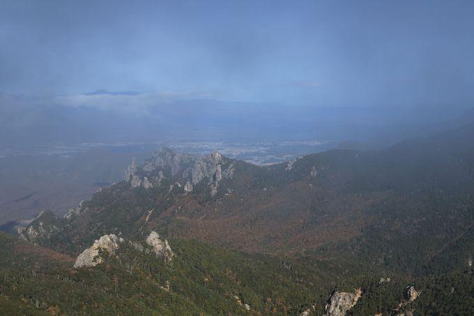 稜線をたどり五丈岩が鎮座する金峰山山頂へ