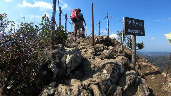 山頂直下の岩場はロープなどを頼り慎重に登る