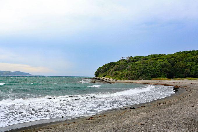 堤防沿いを進み砂浜を歩いて沖ノ島へ
