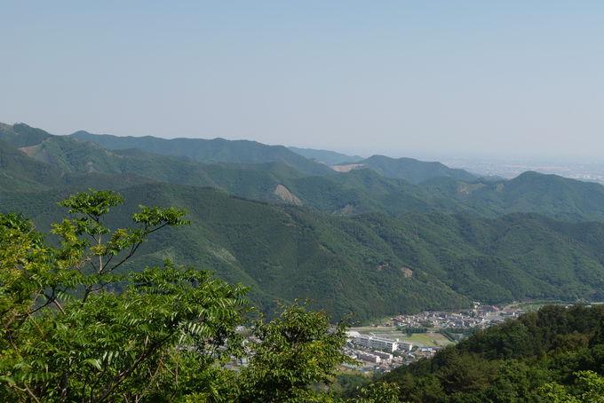 三峰山からの稜線を進み視界の広がる下りを進む