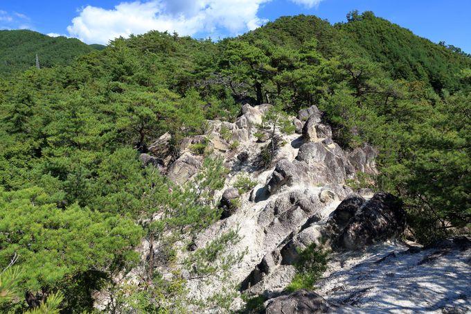 花崗岩で形成される淡雪山の露岩