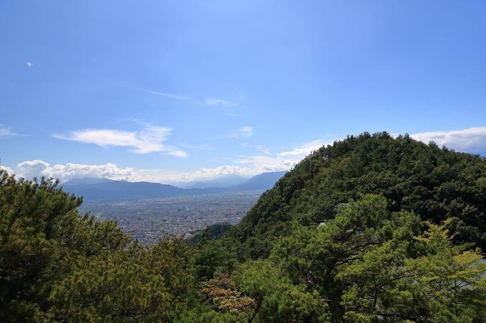 山頂は広くないが日当たりが良く景観もいい