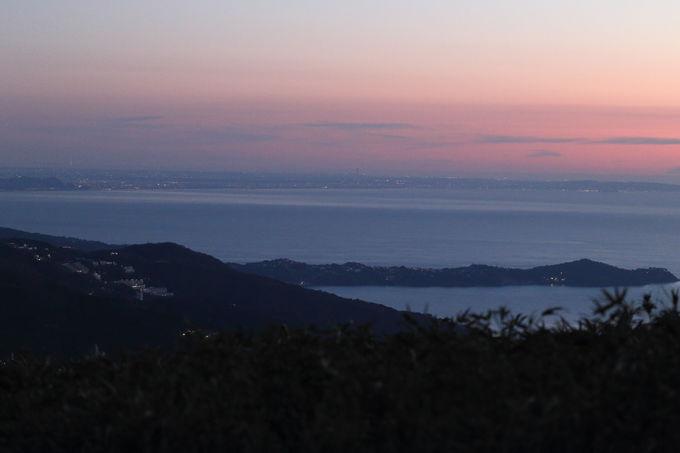 暁から東雲、そして曙の初日の出を待つ