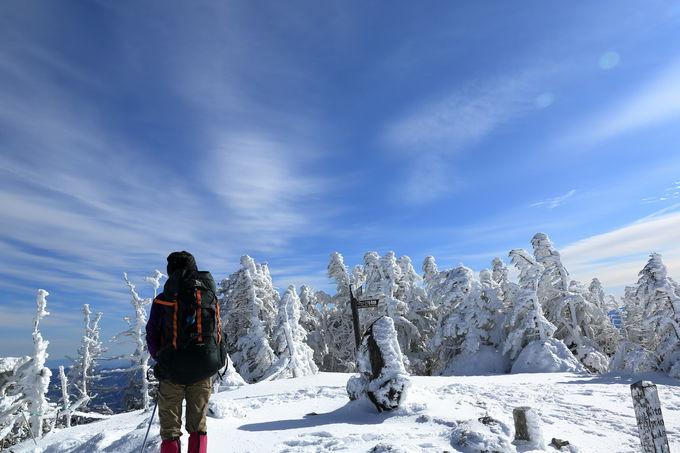 最高峰の北峰で素晴らしい雪山のパノラマを