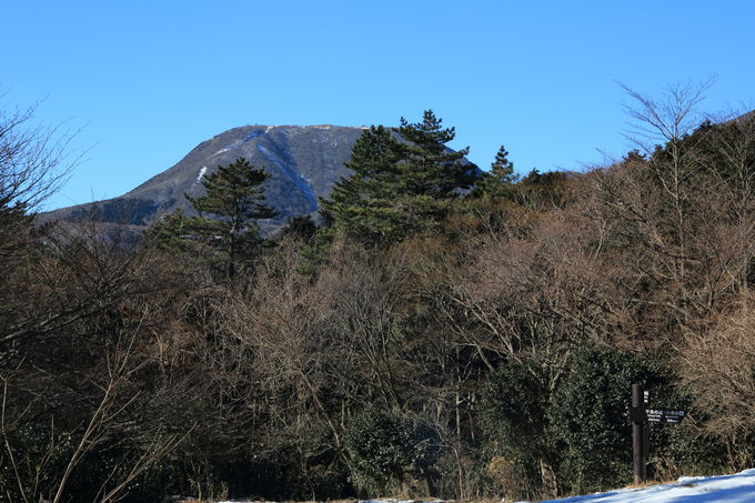 標高が上がる山頂直下では軽アイゼンなどの携行は必須