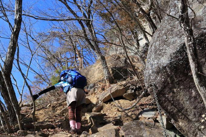巨石や鎖場も出現するワイルドな岩場コース