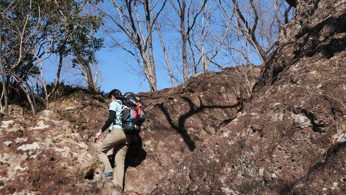 整備されたむき出しの岩を上っていく
