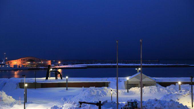 夜の青森港で美しい雪景色を満喫する