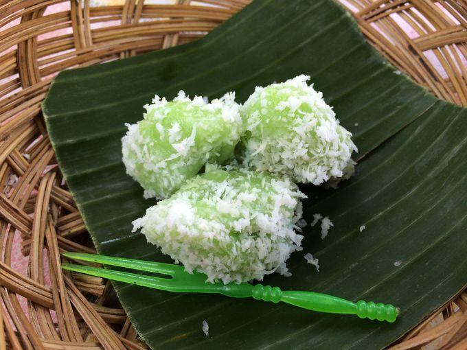 バリ島伝統菓子のクロポン作りと試食を満喫