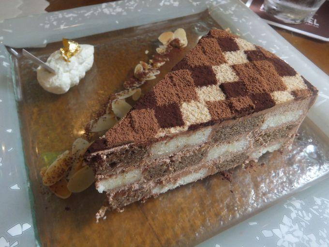 寄木細工柄を味わう!芸術的なマーブルケーキ
