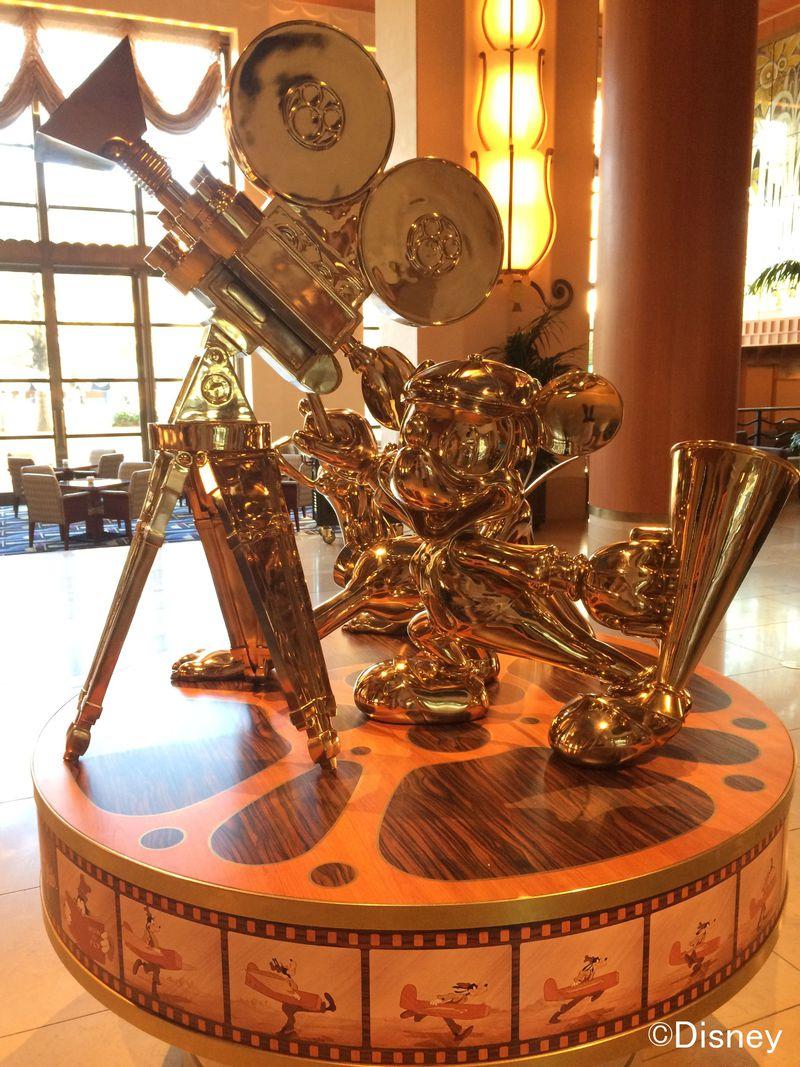 舞浜「ディズニーアンバサダーホテル」でキャラクターに囲まれた夢のよう