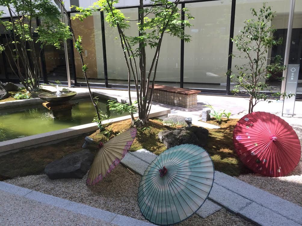 廊下にズラリと並ぶ工芸品と庭が自慢!金沢「彩の庭ホテル」で和と緑に癒される休日