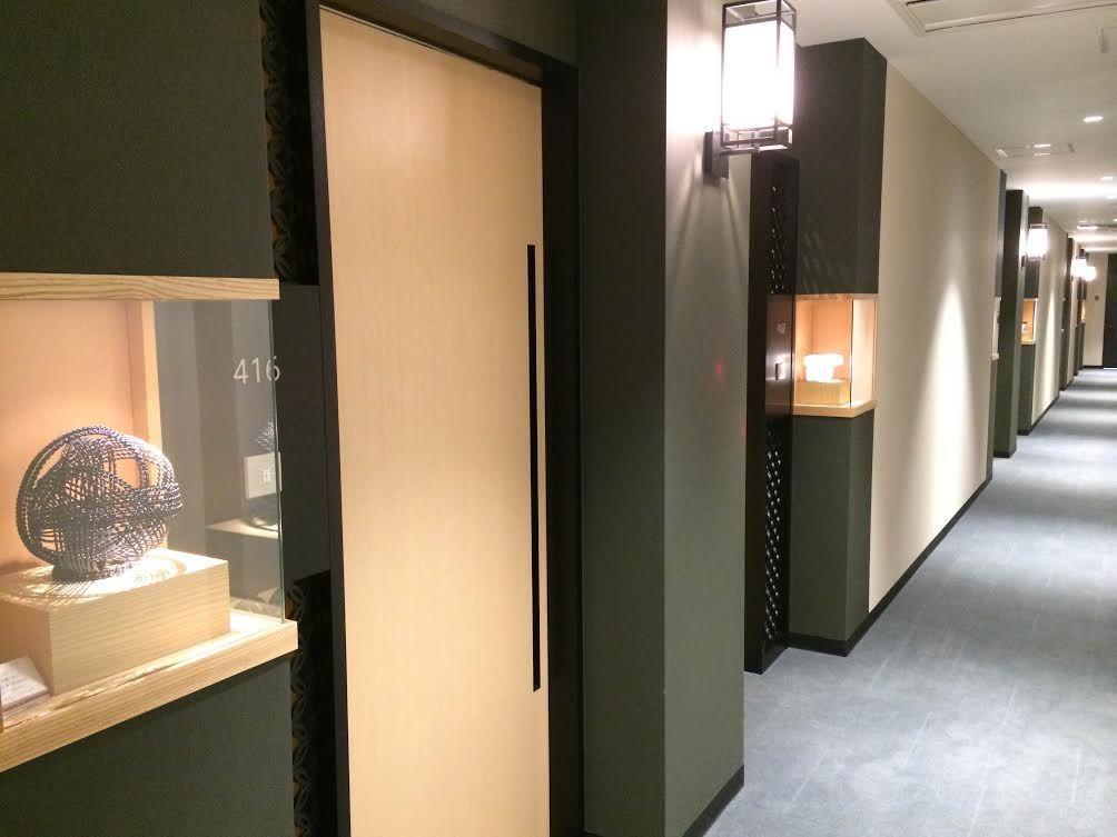 自室までの道のりは「工芸回廊」