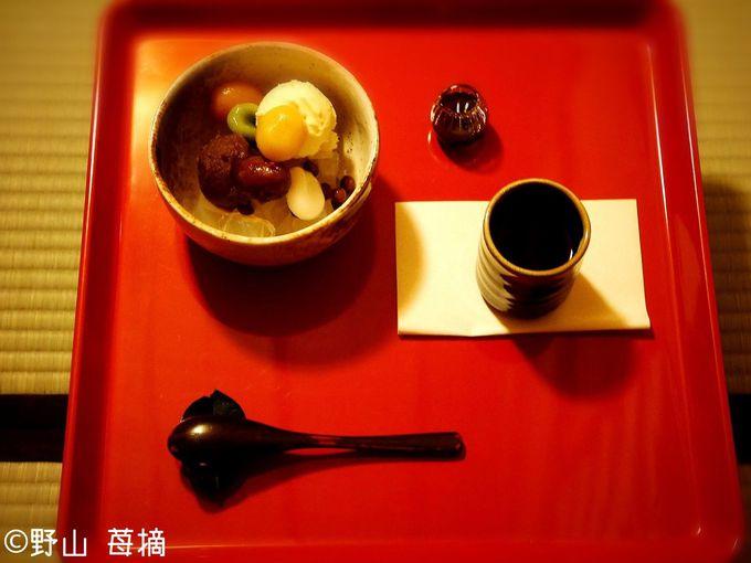 躙戸(にじりど)を完備した厳かな茶室