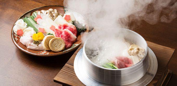 焼石を投入する名物料理「龍神鍋」
