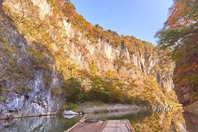 猊鼻渓・錦壁岩の断崖絶壁と紅葉がコラボ!