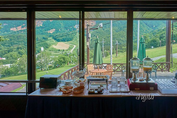 スキー場を眺めつつ頂く朝食も印象的!