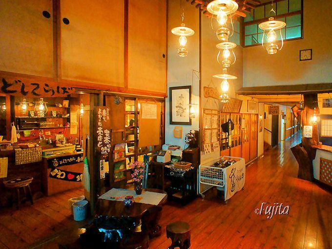 ランプの宿 青荷温泉では売店営業中にロビーを楽しもう!
