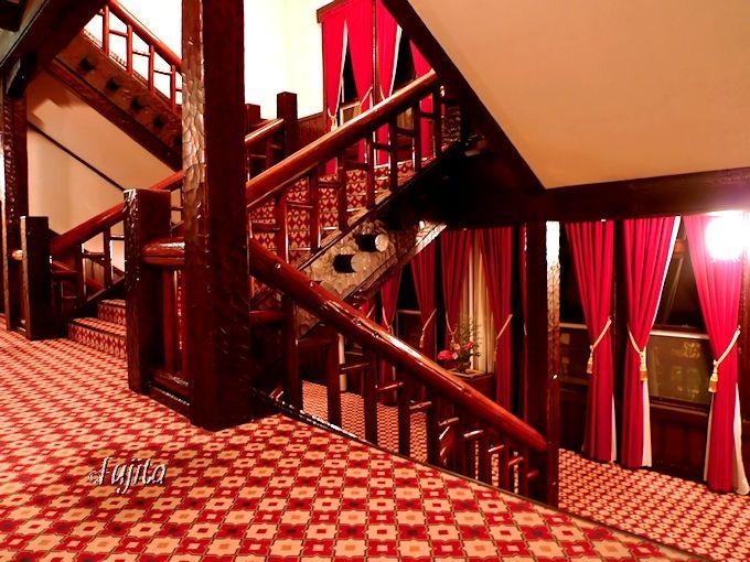 雲仙観光ホテルの夜の階段は、お城か宮殿にしか見えません!