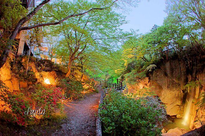 昼と夜を同時に楽しむ!「磊々峡ライトアップ」夕暮れの絶景