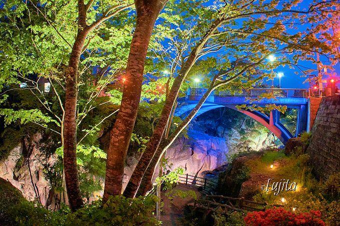 自然環境と人工物がミスマッチ!「磊々峡ライトアップ」覗橋付近の絶景