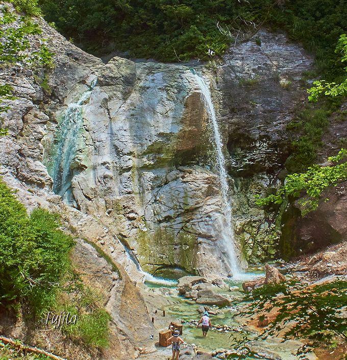 川原毛大湯滝は駐車場から徒歩15分程!