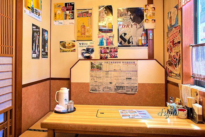 「横手焼きそば」の「食い道楽本店」は居酒屋らしい店内