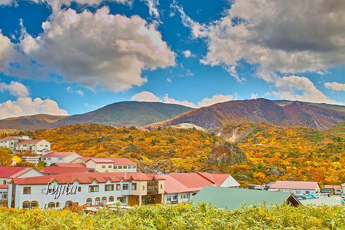 須川温泉栗駒山荘の湯元は、須川高原温泉の裏手